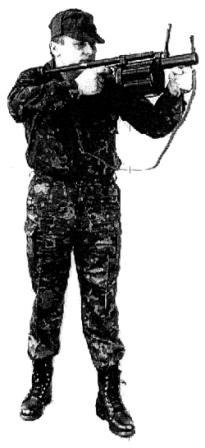"""Рисунок А23. Положение для стрельбы на дистанции 100-200 м, """"стоя с плеча"""""""