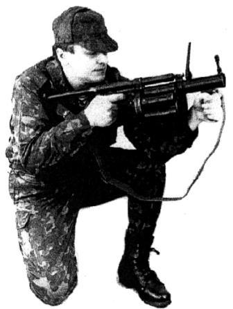 """Рисунок А24. Положение для стрельбы на дистанцию 100 - 200 м, """"с колена с плеча"""""""