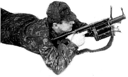 """Рисунок А25. Положение для стрельбы на дистанцию 100 - 200 м, """"лежа с упора"""""""