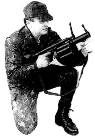 """Рисунок А28. Положение для стрельбы на дистанцию 200 - 400 м, """"с колена из под руки"""""""