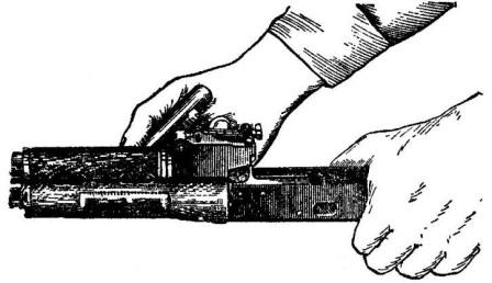 Рис. 11. Поворот замыкателя газовой трубки с помощью пенала принадлежности АК74
