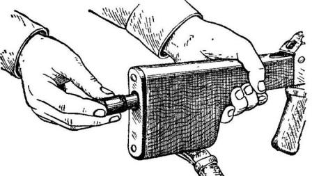 Рис. 12. Вкладывание пенала принадлежности в гнездо приклада