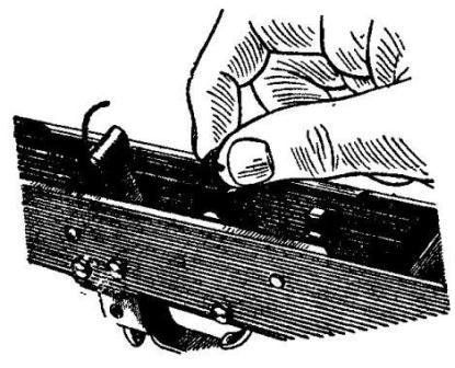 Рис. 17. Заведение правого конца боевой пружины за боевой взвод курка АК74