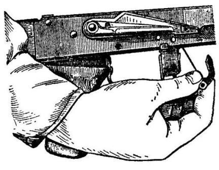 Рис. 20. Извлечение автоспуска с пружиной из ствольной коробки АК74