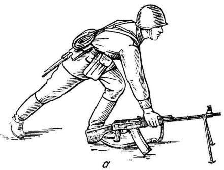 Рис. 57. Принятие положения для стрельбы лежа из пулемета: а — установка пулемета