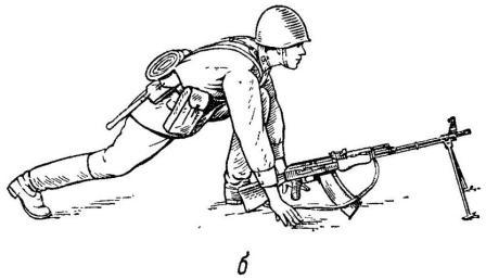 Рис. 57. Принятие положения для стрельбы лежа из пулемета: б — опора руками о землю
