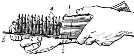 Рис. 63. Снаряжение магазина патронами из обоймы: 1 — магазин; 2 — переходник; 3 — обойма; 4 — патроны АК74