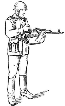 Рис. 78. Автомат АК74  подготовлен к осмотру в положении стоя