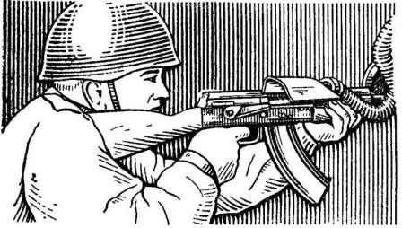 Рис. 91. Положение при стрельбе из автомата АК74  через бойницу боевой машины пехоты