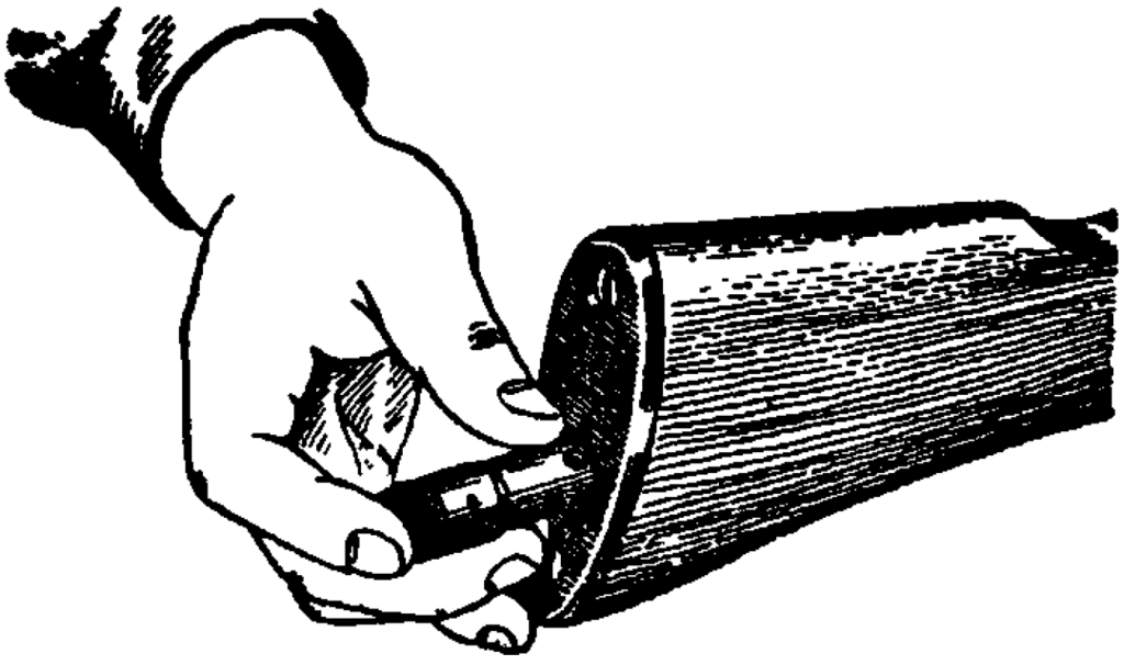 Рис. 10. Вкладывание пенала в гнездо приклада АК