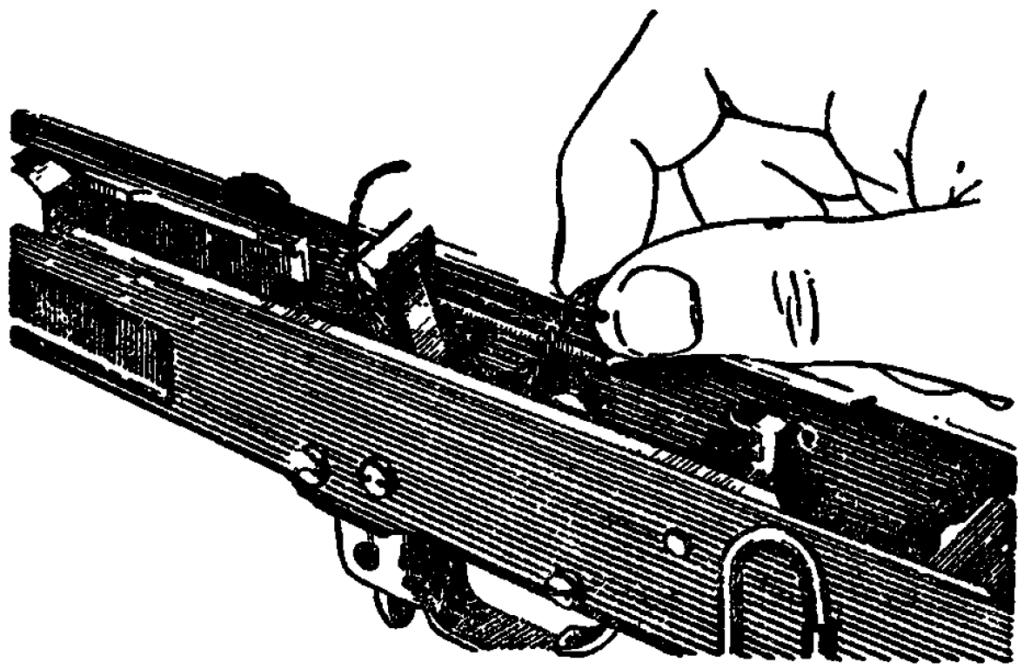 Рис. 15. Заведение концов боевой пружины за выступы боевого взвода курка АК