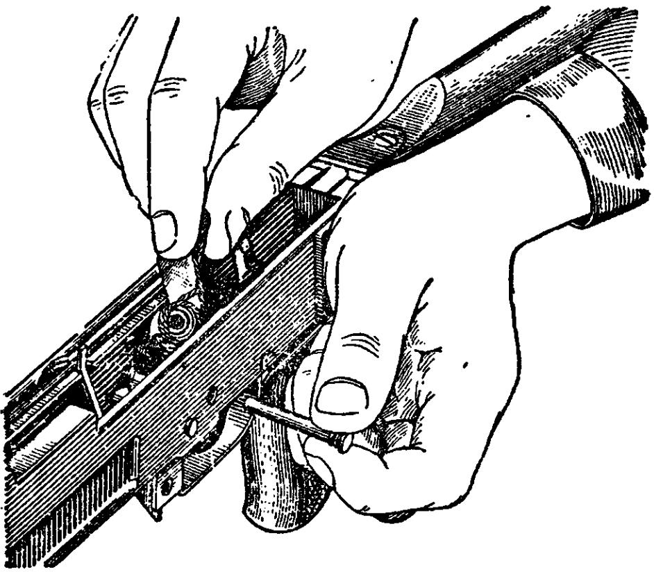Рис. 17. Вынимание курка из ствольной коробки АК