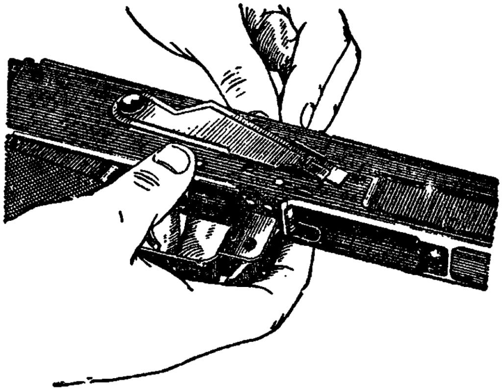 Рис. 23. Удержание автомата при досылке курка АК
