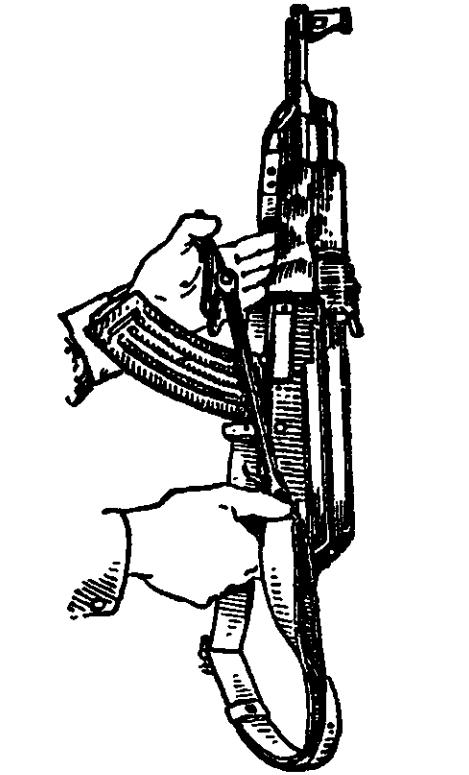 Рис. 57. Откидывание металлического приклада АК