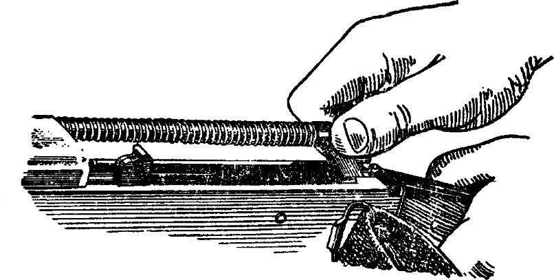 Рис. 6. Вынимание возвратного механизма АК