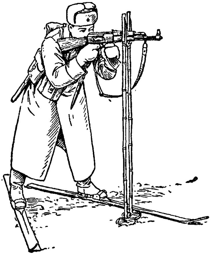 Рис. 87. Стрельба с лыж стоя с использованием палок в качестве упора